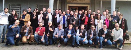 Equioe de degustadores e organizadores na avaliação de vinhos.