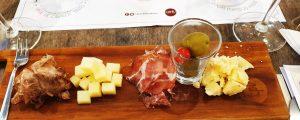 Tábua de pastrami de lingua de boi-copa caipira-queijos toca e Atalaia-azeitonas