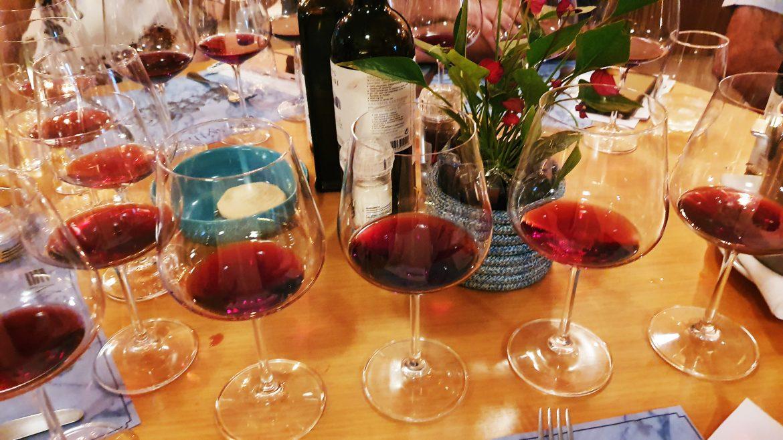 Vinhos tintos nas taças e garrafas