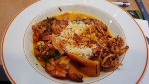 Moqueca Tonton com lula-peixe-camarão-arroz basmati e farofa de beiju